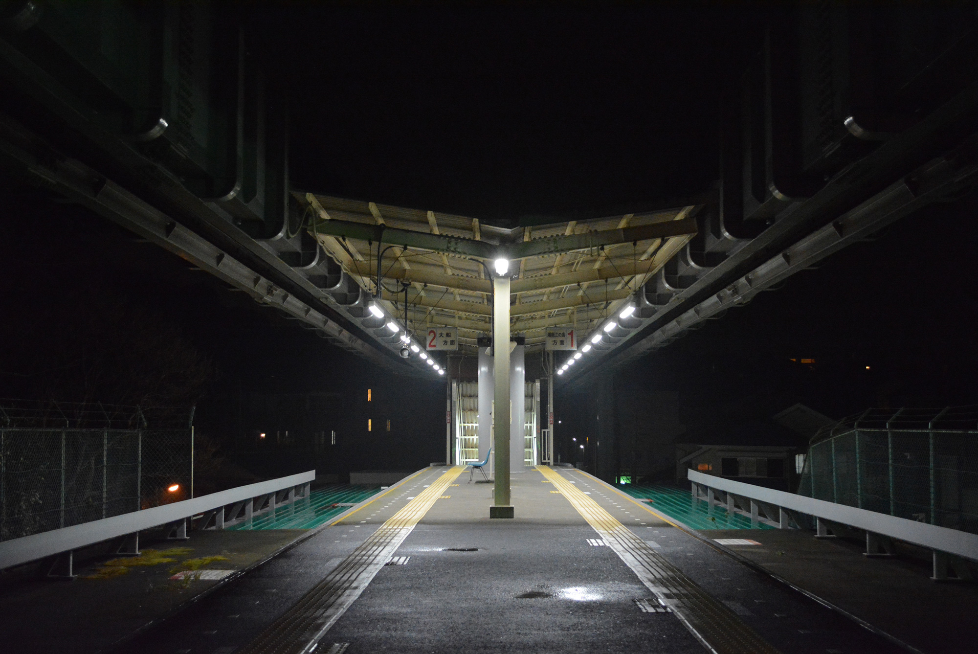 夜になると目白山下駅は